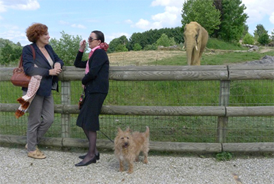 """Françoise Delord et Gribouille avec Claudine André, fondatrice de """"Lola ya bonobo"""""""