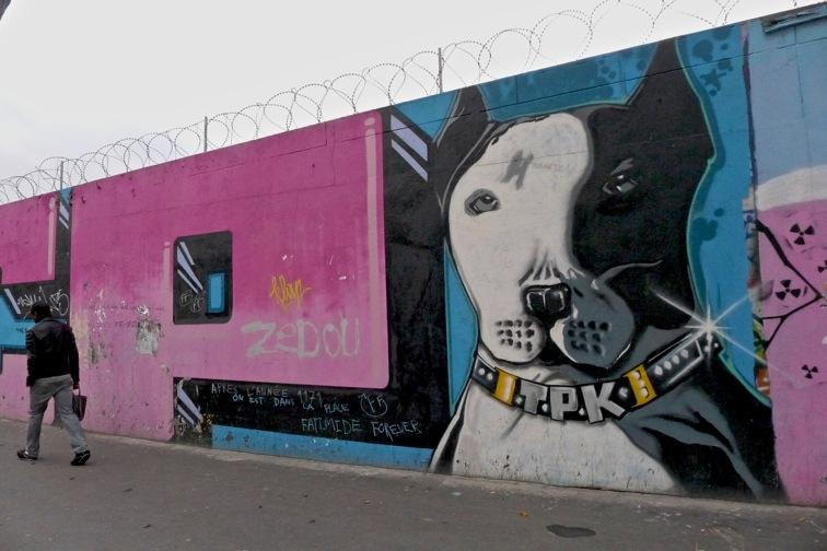 Tag d'un chien sur un mur